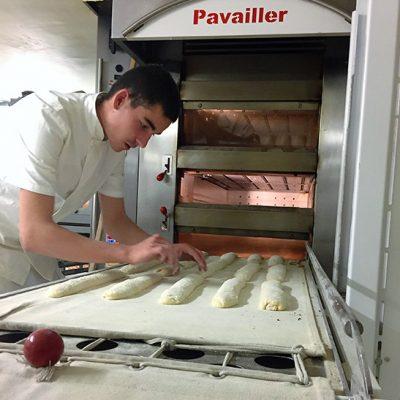 Formation en boulangerie, laminage des baguettes de pain